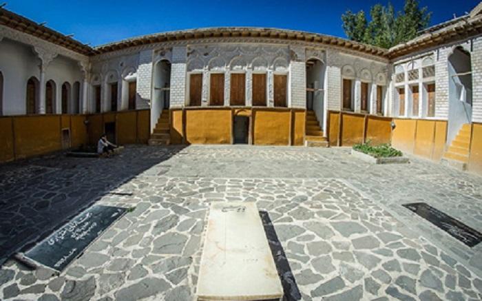 مزار نیمایوشیج در خانه اش در یوش