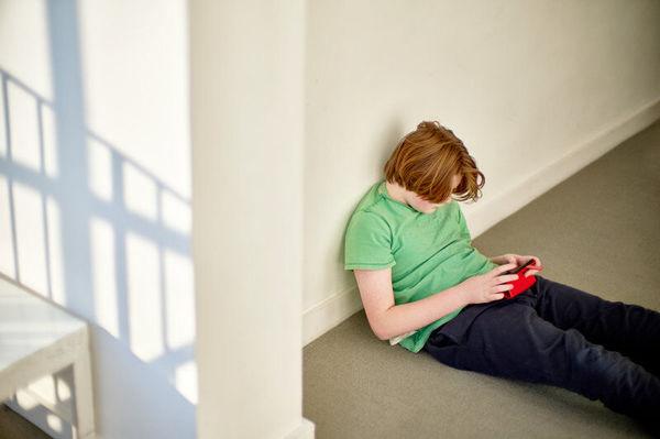 افسردگی نوجوانان در اثر نشستن بیش از حد