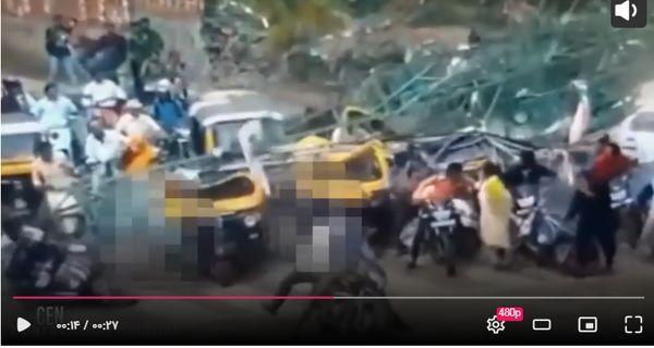 لحظه مرگبار سقوط بیلبورد تبلیغاتی رو سر مردم + فیلم