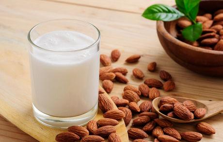 معجون شیر بادام گیاهی جایگزین مناسب برای شیر گاو
