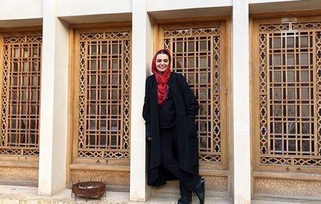 عکس الهام پاوه نژاد با یک بنای تاریخی