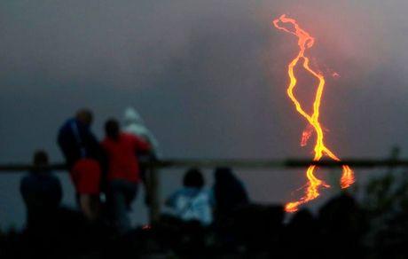 سرازیر شدن گدازه ها از آتشفشان پیتون د لا فونیز (Piton de la Fournaise) در جزیره رئونیون