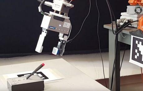 رباتی که با دیدن لمس میکند و با لمس کردن میبیند