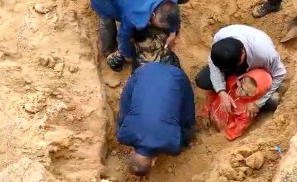 دفن دو پسر بچه زیر خاک در روستا  + فیلم