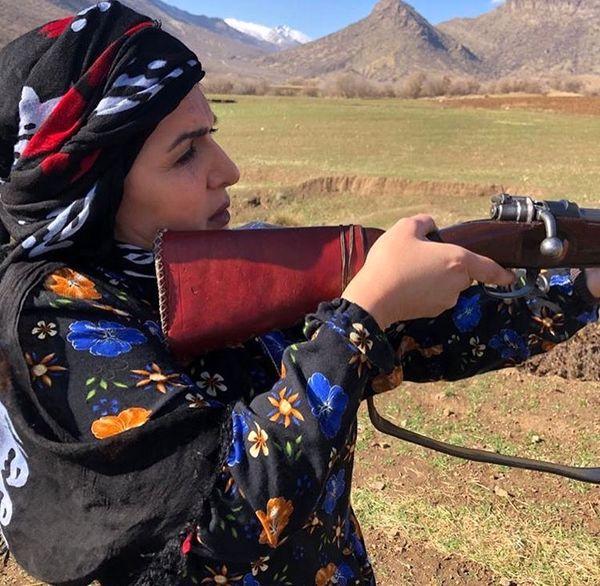 تیر اندازی فاطمه گودرزی با تفنگ قدیمی در کوهستان + عکس