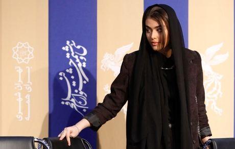 عشوه ها و حرکات جنجالی ریحانه پارسا در کنفرانس خبری + فیلم