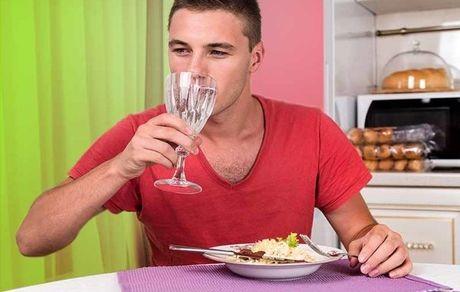 چه کسانی نباید در میان غذا آب بنوشند؟