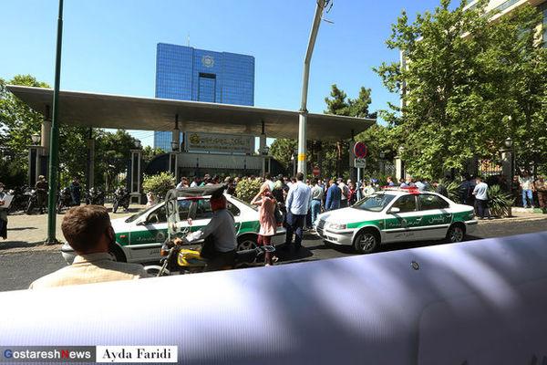 تجمع معترضان مقابل بانک مرکزی + عکس