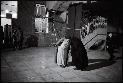 مشورت با یکی از همراهان امام خمینی در حیاط مدرسه رفاه