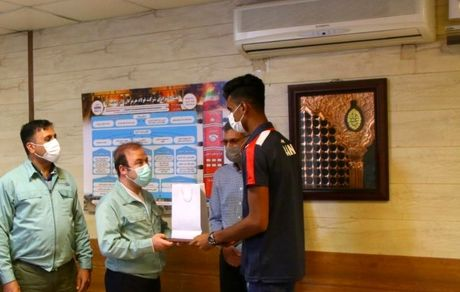 تجلیل از ابوالحسن خاکی زاده پدیده مسابقات والیبال ساحلی آسیا توسط مدیرعامل شرکت فولاد هرمزگان