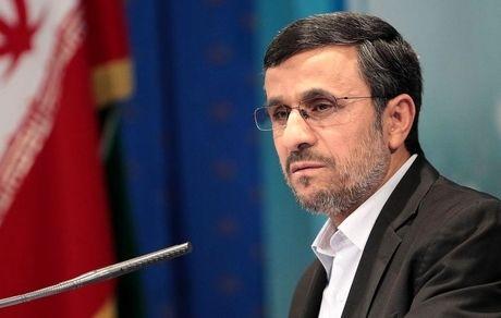 احمدی نژاد با نظام مشکل دارد و عملا خود را قانون مطلق کشور می داند